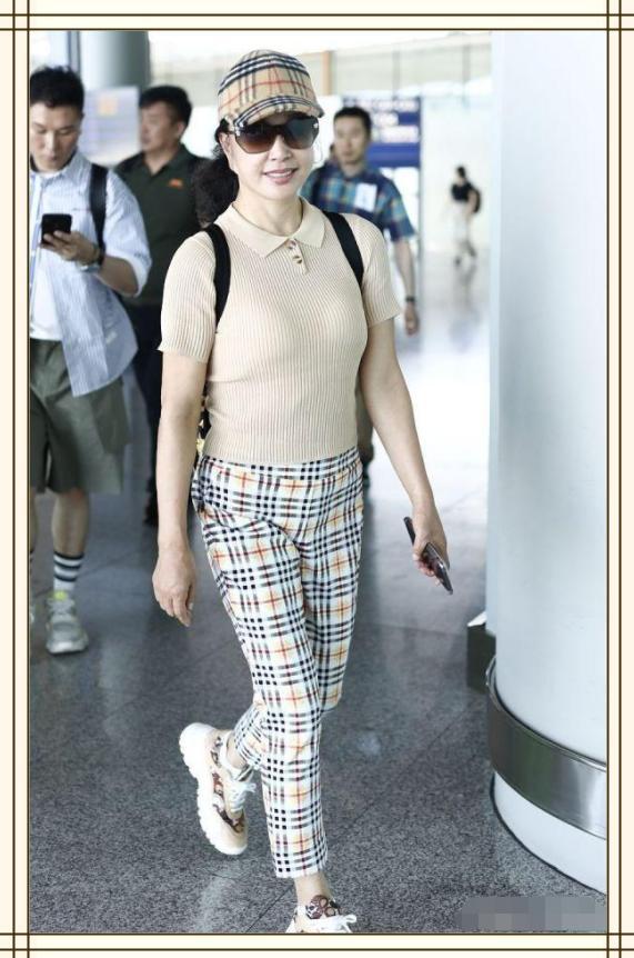 """劉曉慶你是個時尚妖怪吧!穿條""""睡褲""""走機場,腳腕還沒我胳膊粗"""