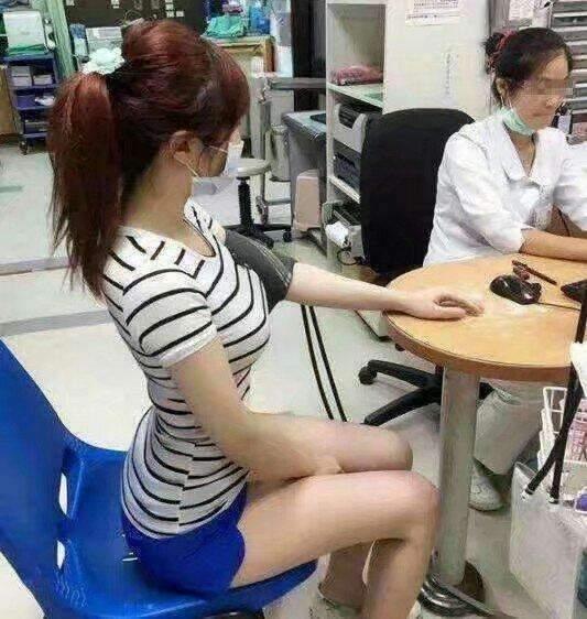 搞笑GIF:妹子,我一看你这坐姿就知道你有问题,难怪会来医院