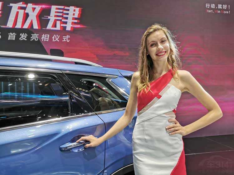 重庆车展上的国外美女车模 肤白貌美大长腿 一个更比一个身材好 imeee.net