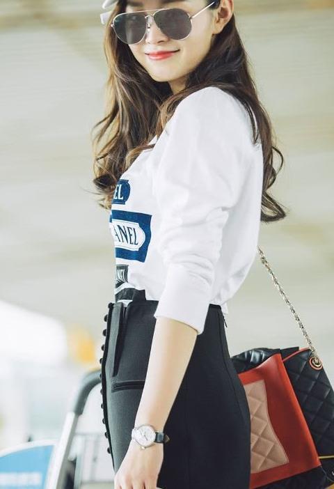 真喜欢宋轶的私服,白衬衣配短裙干净清爽,是美在骨子里的女子!