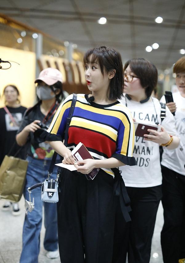 王俊凯杨紫同现机场,见大型追星现场秒变表情包,一句话帅