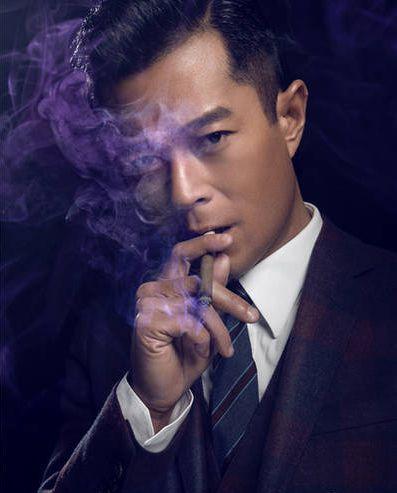 明星抽雪茄拍写真,周润发笑容满面,古天乐拿雪茄动作像新手