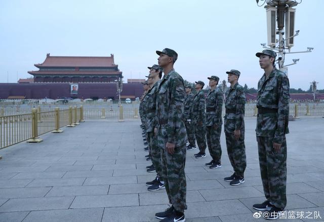 男篮军训最后一天 看升旗仪式,个个表情严肃,易建联是带头兵