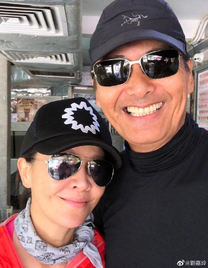 53歲劉嘉玲曬與64歲周潤發合照,素顏出鏡皮膚狀態好極了