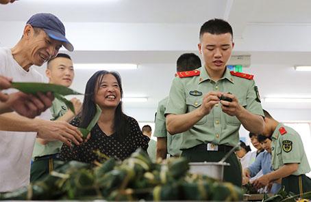 武警北京总队执勤第六支队与社区志愿者共庆端午