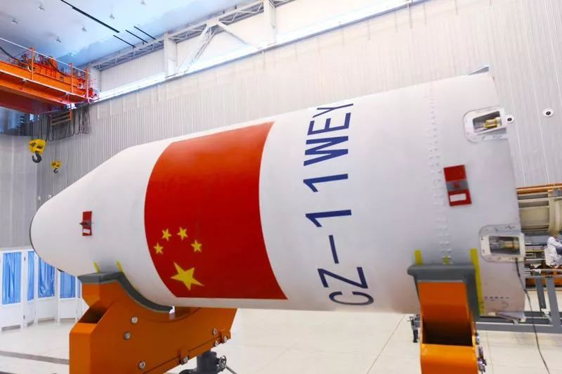CZ-11 WEY号火箭涂装 长征十一号:海上快响利箭独一份儿 执行这次海上发射任务的长征十一号运载火箭也不简单,被誉为我国长征系列运载火箭家族中的海上快响利箭,在很多方面都是家族里的独一份儿。 长征家族中其他兄弟都采用液体发动机,只有长征十一号火箭是用固体发动机。中国运载火箭技术研究院固体运载火箭型号办公室副主任宋勇生说,固体火箭有自己的优势。 液体发动机结构复杂,工作时需要增压输送系统等配合,液体火箭运载能力强,但是由于燃料加注时间较长,一般从测试到发射整个流程需要一个月左右。
