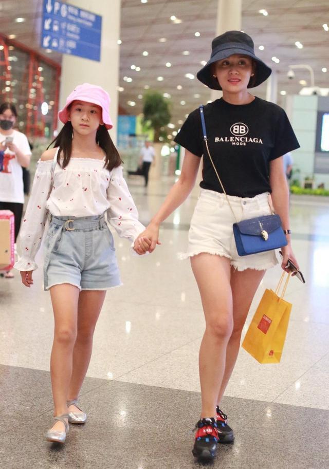 田亮妻子叶一茜现身机场,穿牛仔短裤哪像35岁,长腿抢眼不低调