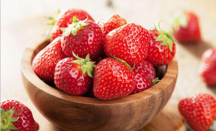 洗草莓 别着急摘蒂