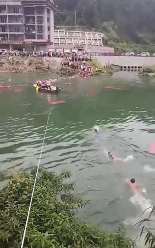 湖南龙山龙舟赛临时观光便桥垮塌,多人落水未发现人员伤亡