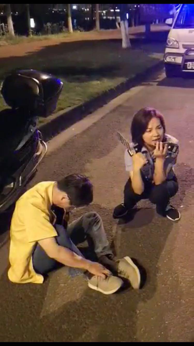 株洲男子�R路旁睡著,路�^女