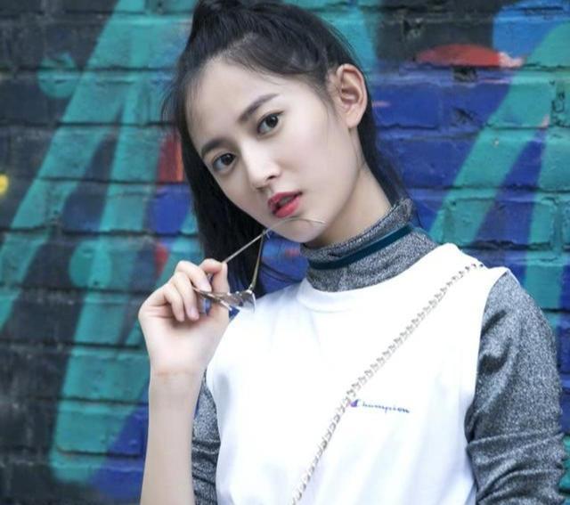 新火起来的当红小花陈钰琪曾在TVB跑龙套 原来当时就这么美了