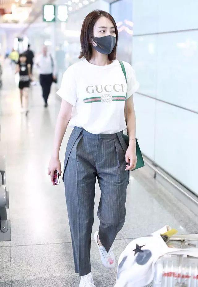 马苏素颜现身机场,针织衫配蓝色牛仔裤,80年代土气穿法?