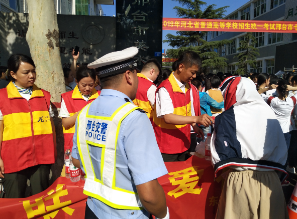 邢台市东马庄高速收费站志愿服务队继续为高考加油助力
