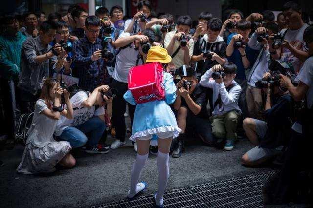 真萝莉现身漫展,摄影师们都疯狂了,后悔没去现场