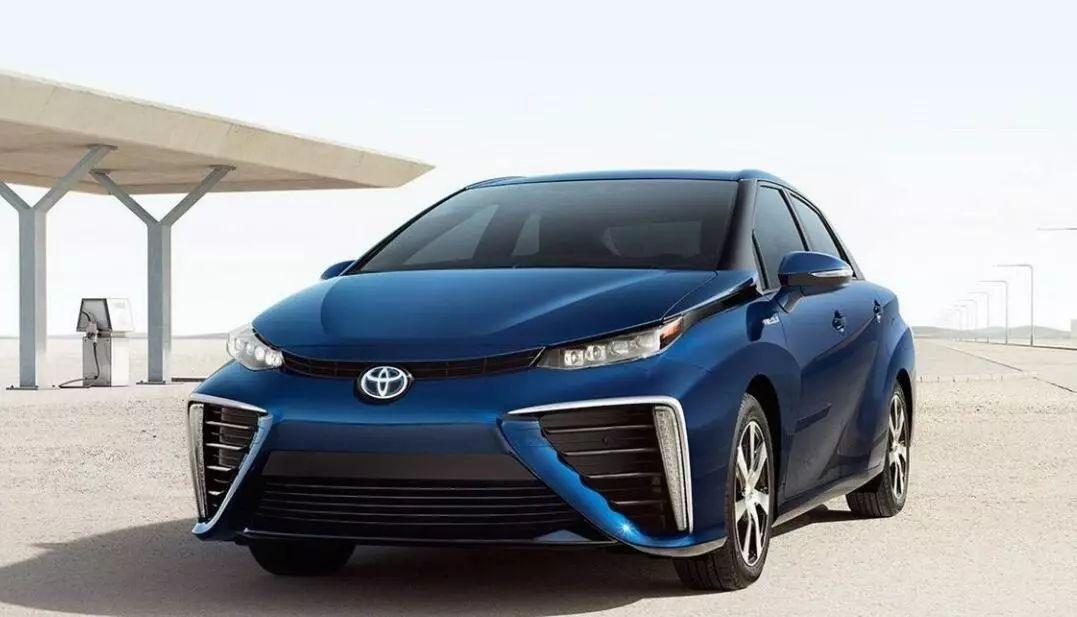 (图注:丰田推出首款量产氢燃料电池车mirai)