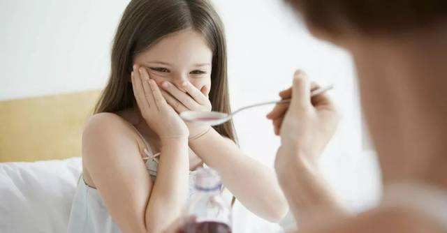 成人药撇一半、靠果汁牛奶吞药,这些娃儿喂药误区你家有吗?