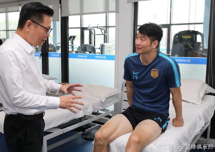 苏宁俱乐部董事长看望吉翔 拼命三郎预计康复时间4-6周