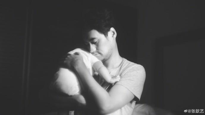 张歆艺晒老公儿子合照庆39岁生日,3个月的儿子正面照太酷了 作者: 来源:猫眼娱乐V