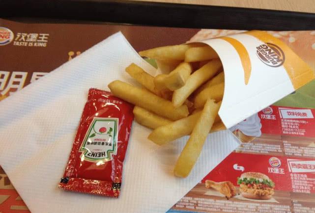 麦当劳薯条盒上的 小机关 你发现了吗 有了它,番茄酱不用挤图片