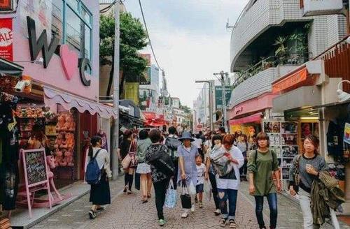 日本游客来中国旅游,买草莓却被拒绝,店主:抱歉,这样真卖不了