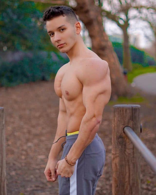 24歲小伙健身7年,強壯肌肉與娃娃臉成鮮明對比!