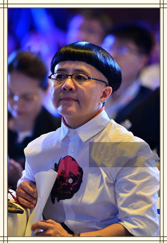 """王宁妻子刘纯燕53岁了还留蘑菇头!""""金龟子""""人设已影响正常生活"""