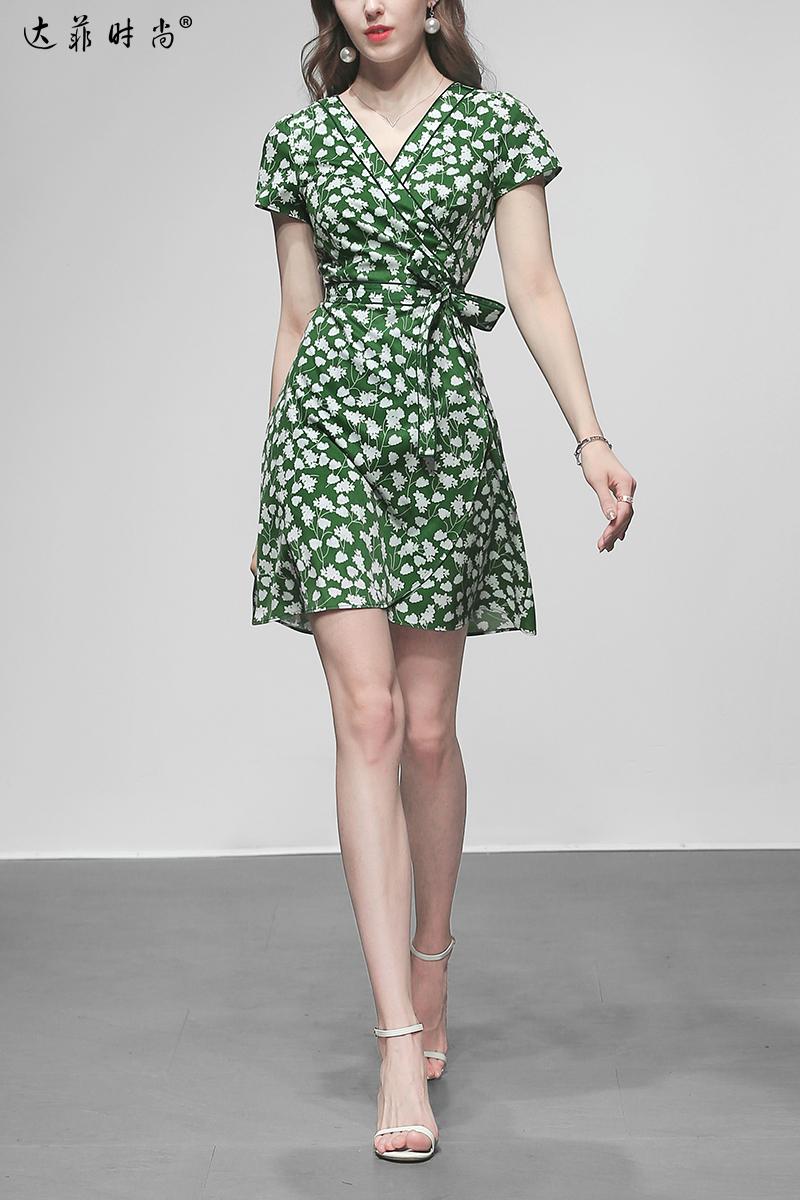 裙新款_2019夏装新款复古茶歇裙时尚交叉式V领系带收腰短款印花连衣裙
