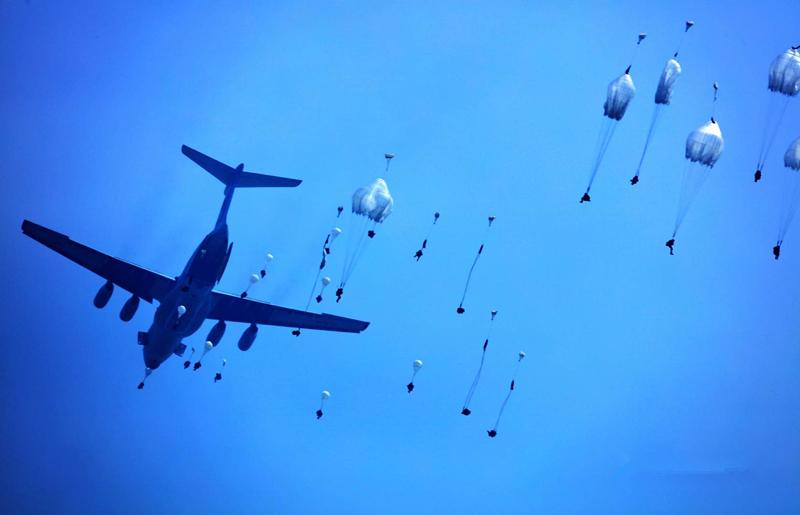 军事杂谈:直击空降兵跳伞训练最新装备更有美军范儿