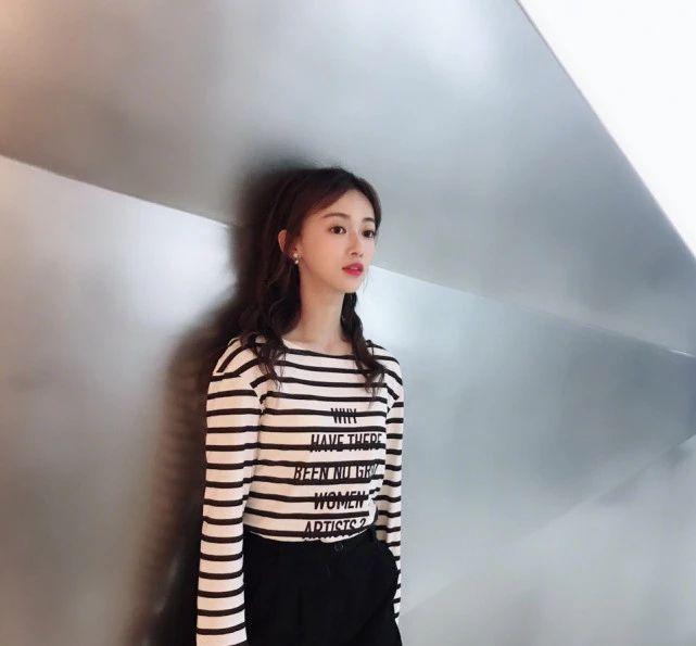"""当28吴谨言撞衫31岁赵丽颖,终于见识了""""甜美""""的最高级形式"""