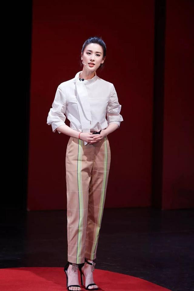 黄圣依一改淑女风,穿黑衬衫性感优雅,看到双脚我泪目了:垂直的