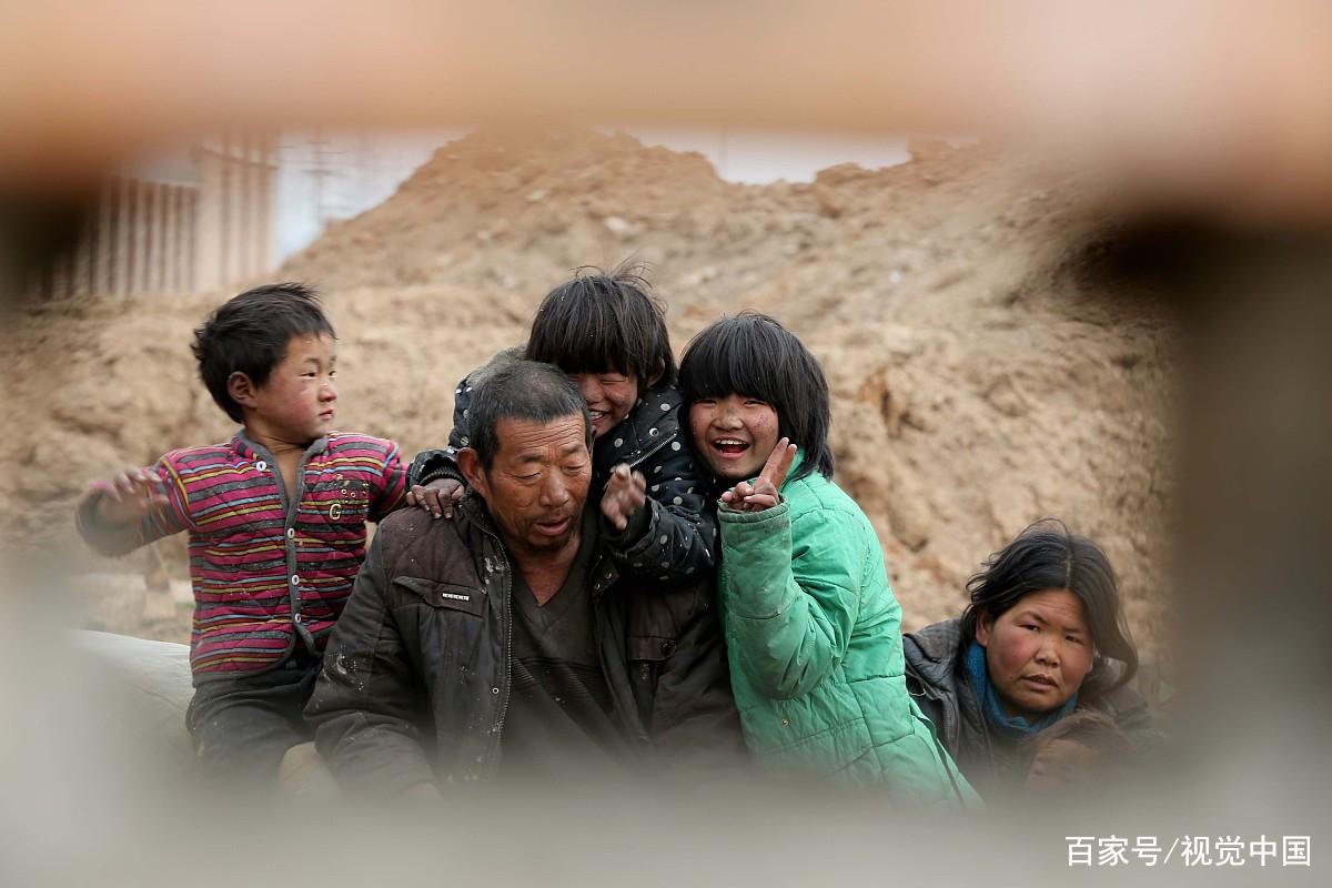男子娶智障女生育4个子女,没钱在垃圾堆里生活,可怜又气愤