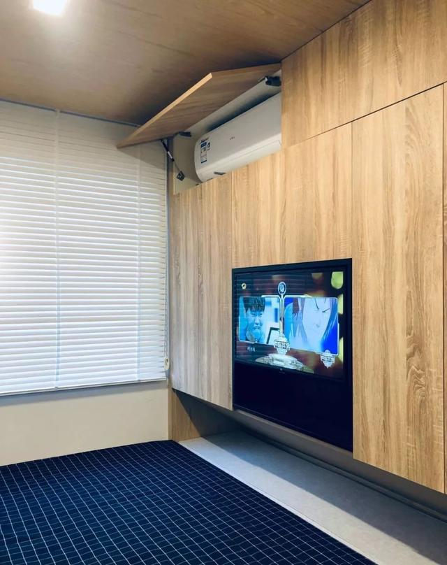 电视柜嵌入衣柜,衣柜上方设计了隐藏式空调.图片