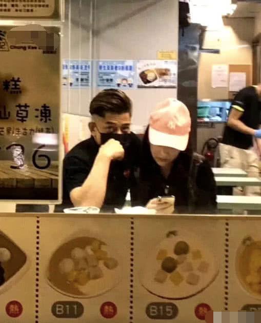 郭富城陪方媛现身奶茶店,搂靠妻子的他一脸溺