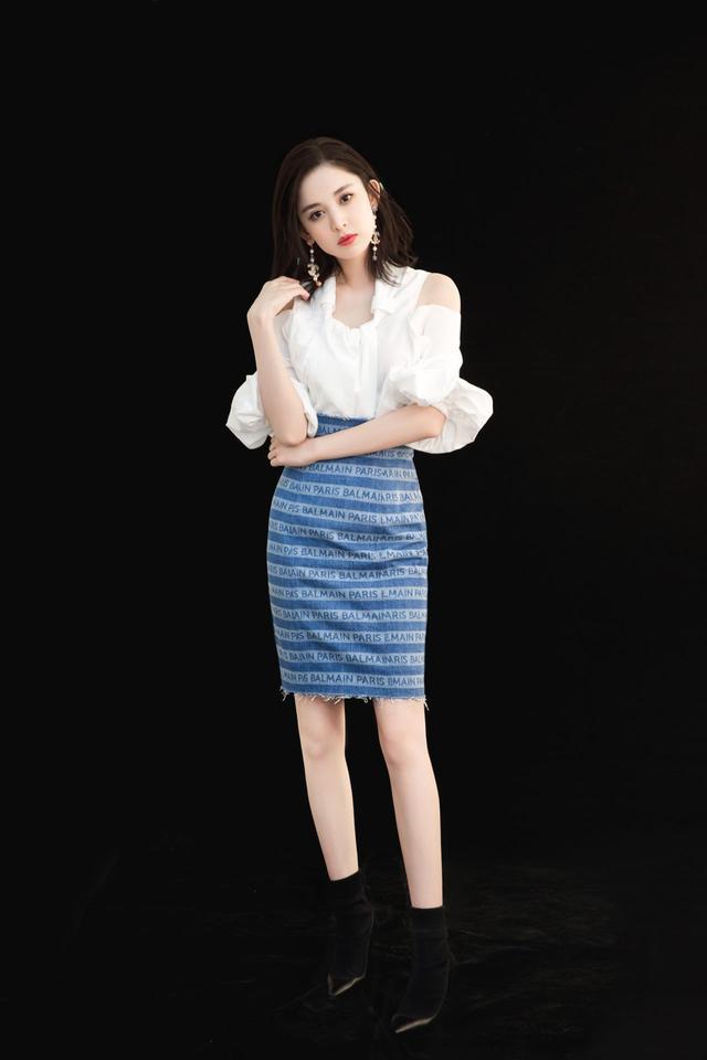 娜扎身穿露肩上衣+蓝色半裙,在这个夏季美的有点出众!