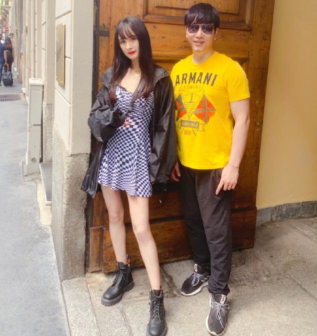 少女感爆棚【杨幂】现身米兰街头,新发型瞬间减龄,造型又甜美又酷帅!