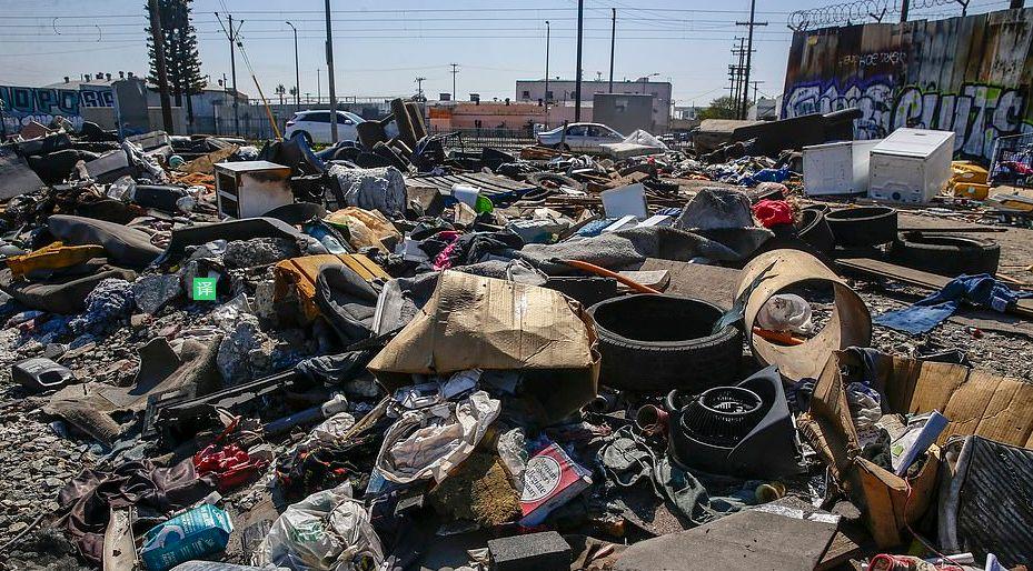 美国大城市很少被揭露的另一面:街道上都是垃圾、帐篷、流浪汉