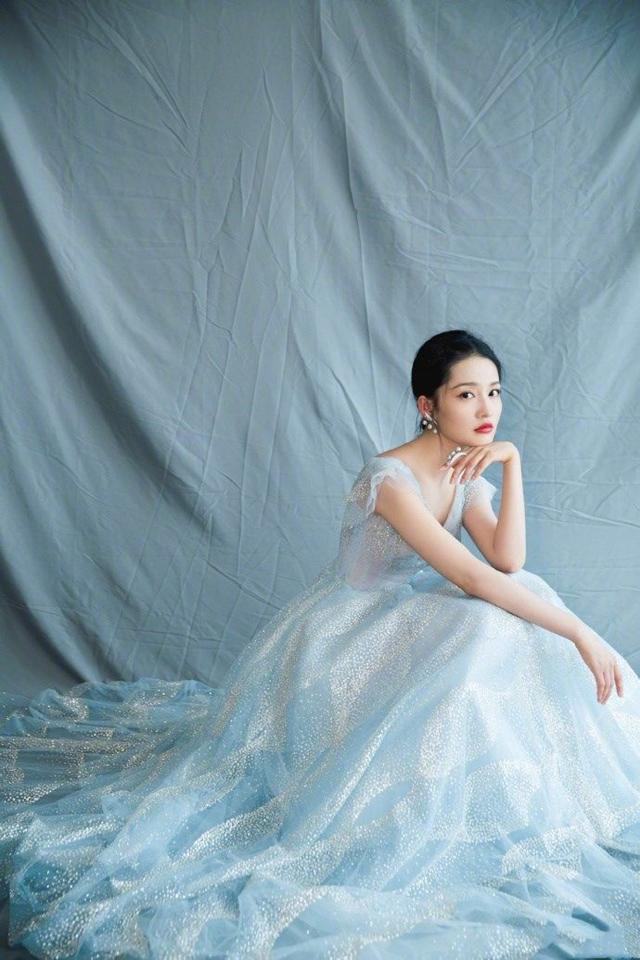 李沁身穿两种风格的裙子,一个是梦幻的仙女一个是魅惑的精灵