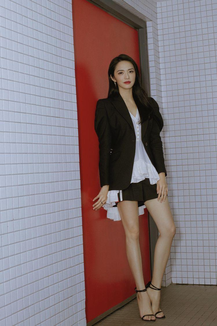 """姚晨太惊艳!燕尾衫配短裤好减龄,一双""""甘蔗腿""""美的吸睛"""