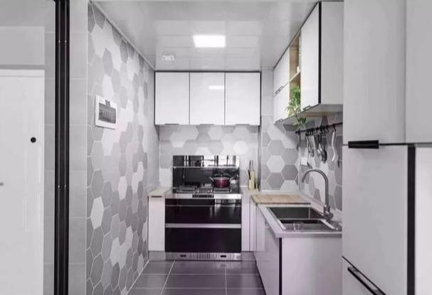 厨房的六边形瓷砖灰白色交替,白色的橱柜整体很明亮整洁.图片