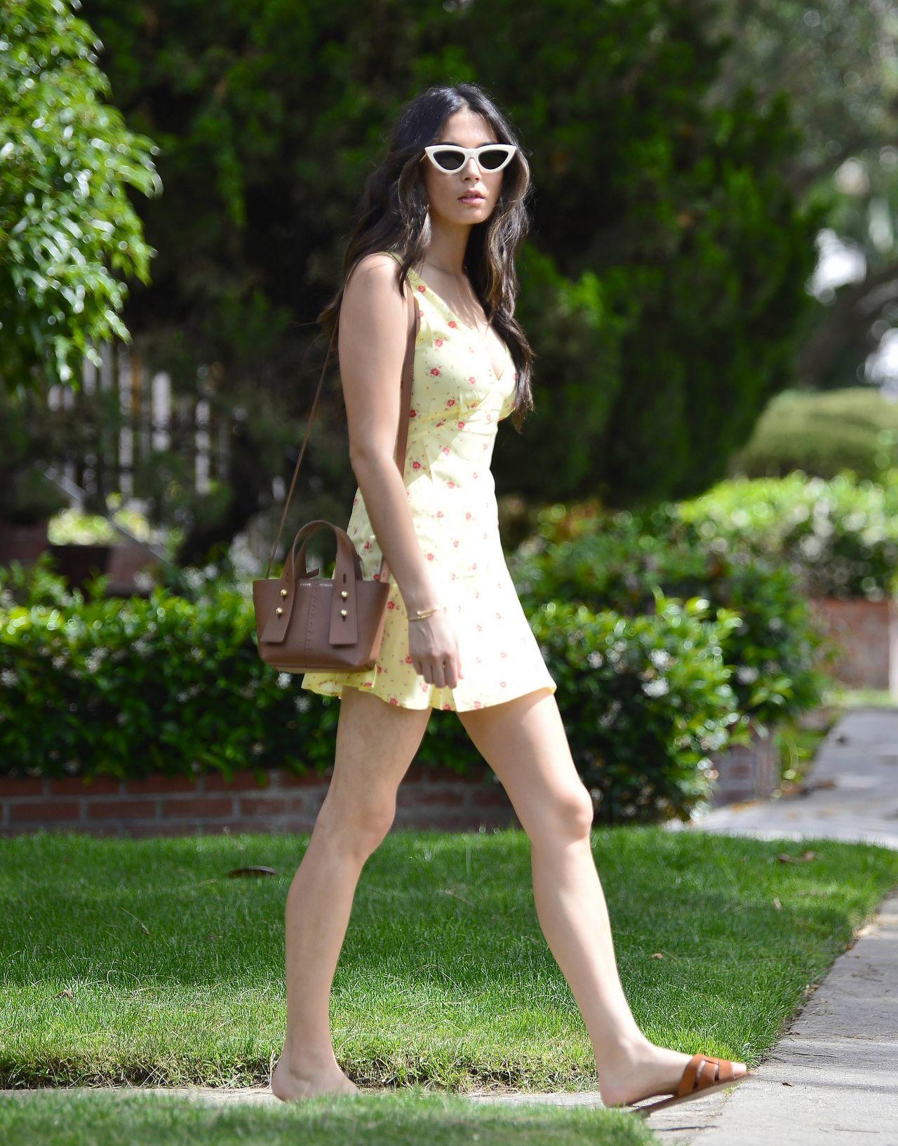 澳大利亚模特杰西卡·戈麦斯碎花黄色短裙亮相悉尼街头