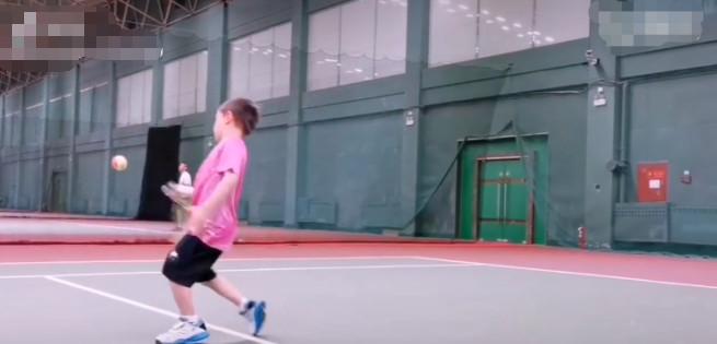 6岁嗯哼打网球面目到位帅气整个个子长高被网友戏称小龙马