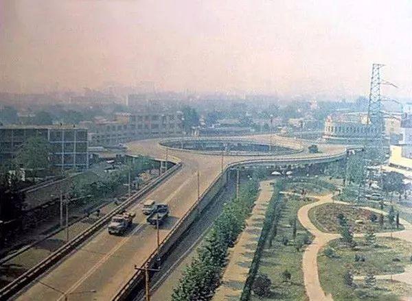 唐山,新华道与建设路交叉口,照片左边是刚筑完地基的百货大楼.图片