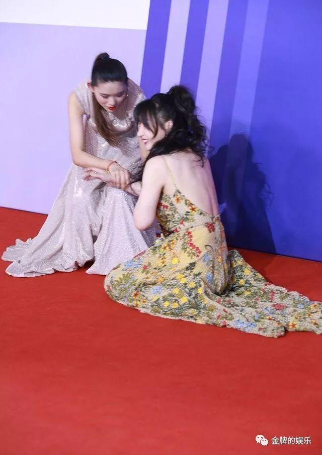 柳岩穿碎花长裙走红毯,不慎摔倒机智用手遮胸 作者: 来源:金牌娱乐