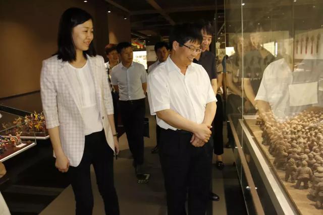 随后,在西安艺术馆二楼会议室,王庆华与张琳进行工作汇报交流,张琳对