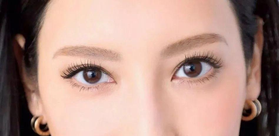时尚 正文  太窄的双眼皮画个眼线就被淹没了,而且眼妆越浓越显眼睛小