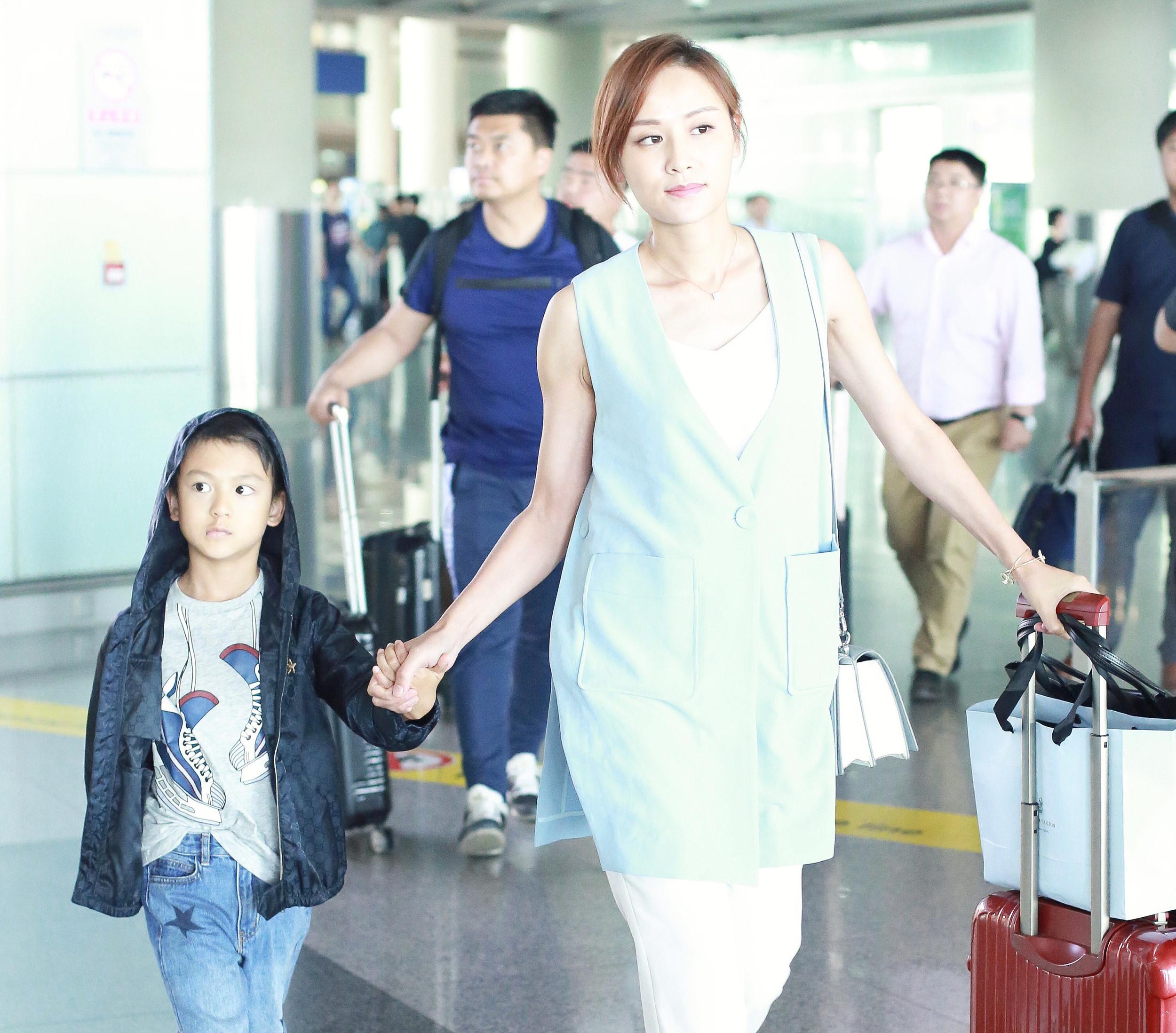 叶一茜带7岁儿子现身机场,亲切打招呼手上的大钻戒好抢眼 作者: 来源:猫眼娱乐V