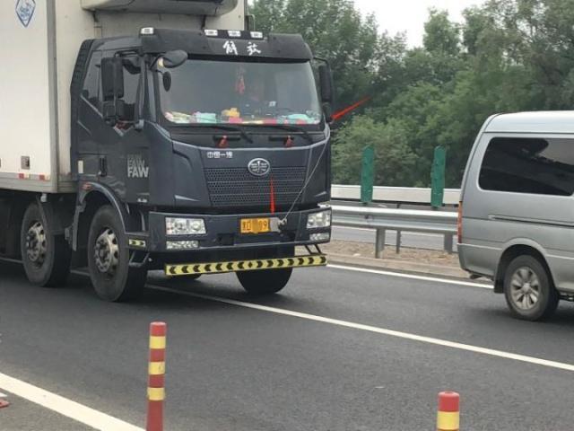 大货车为躲避摄像头白手套挡号牌 北京交警蹲守3天终于擒获违法司机
