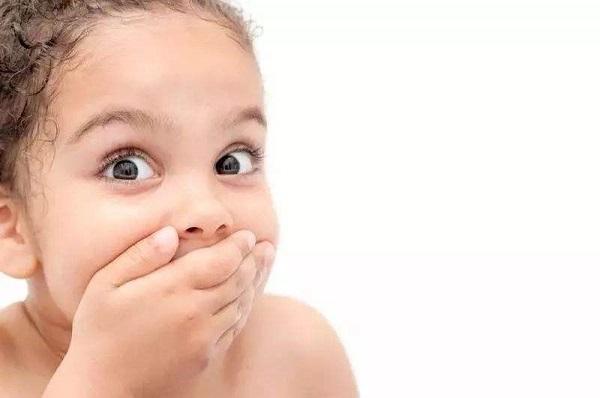 孩子刚上幼儿园就学会说脏话!宝妈找老师后,立马给孩子换了学校