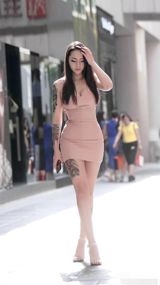时尚街拍:高挑美女,貌似遇到了烦心事儿插图