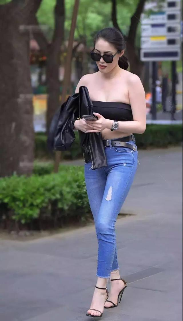 街拍:黑色抹胸装搭紧身牛仔裤的性感美眉,浑身上下散发酷酷气质插图(1)